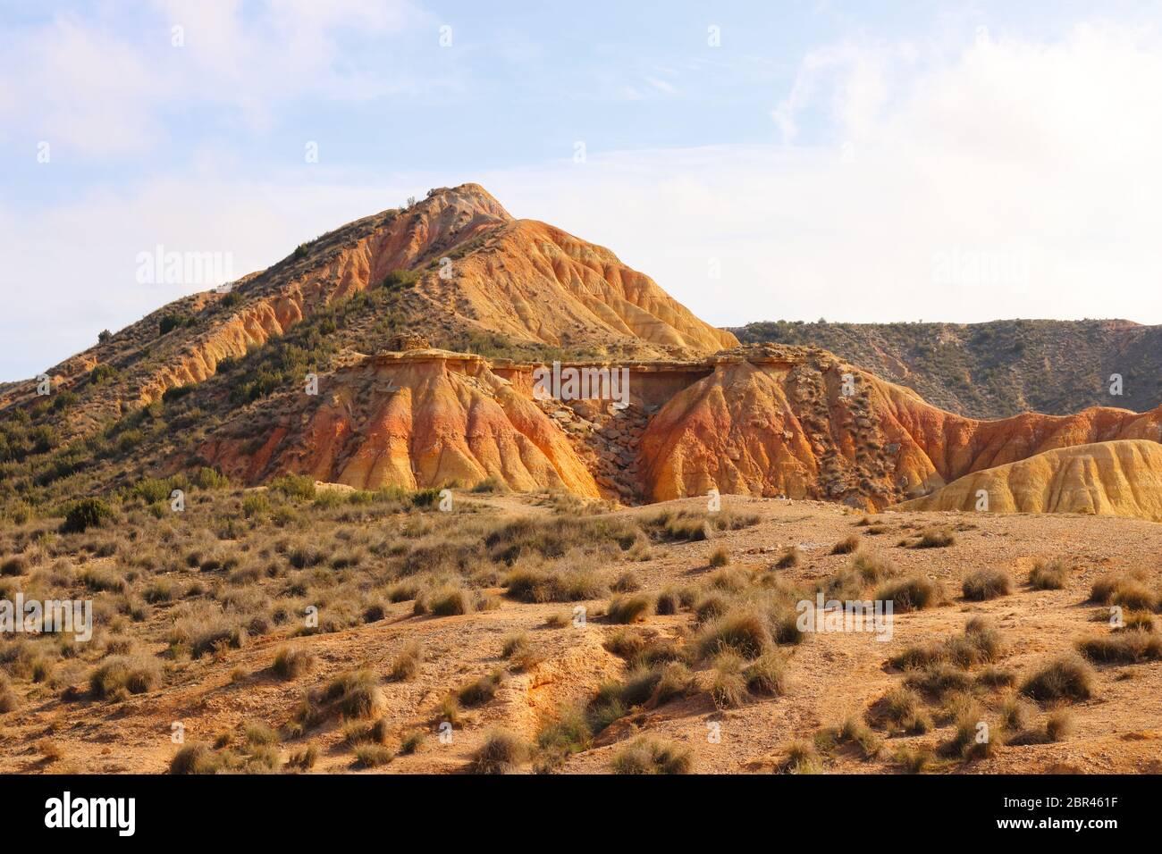 Fascinantes formas terrestres y elementos erosionales en la región natural semi-desértica Bardenas reales, Reserva de la Biosfera de la UNESCO, Navarra, España Foto de stock