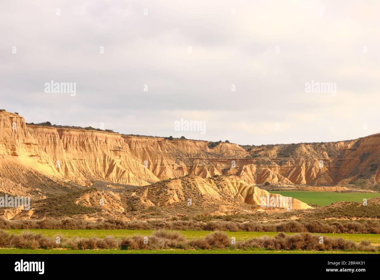 Sorprendentes formas terrestres y elementos erosionales en la región natural semidesértica Bardenas reales, Reserva de la Biosfera de la UNESCO, Navarra, España Foto de stock