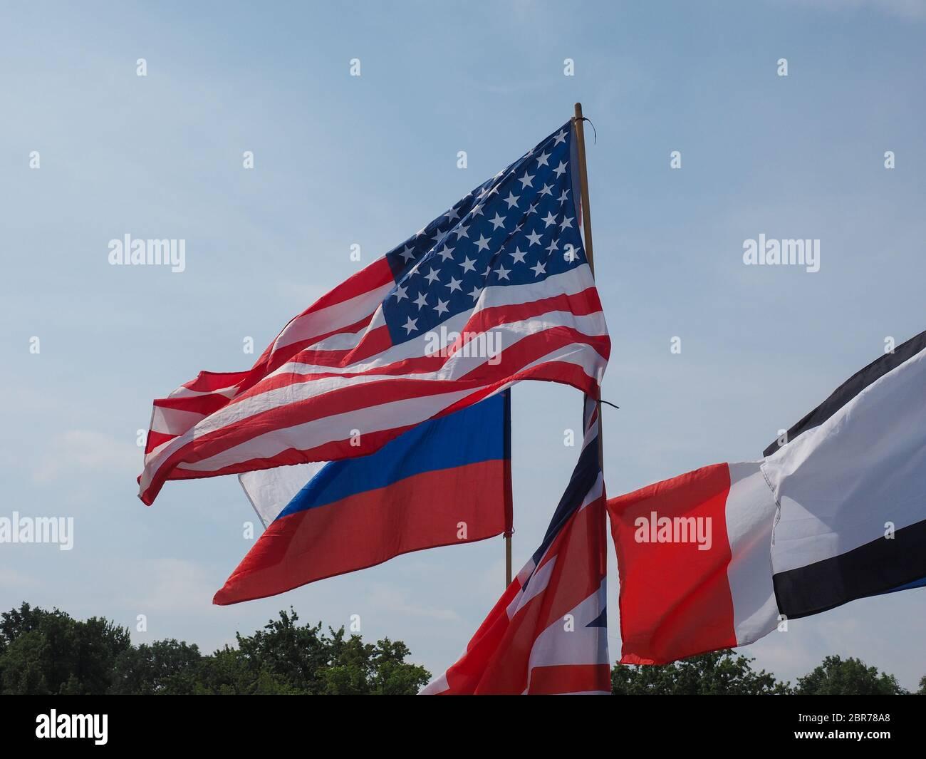 Británico, Ruso y banderas americanas en frente del parlamento alemán Bundestag Foto de stock