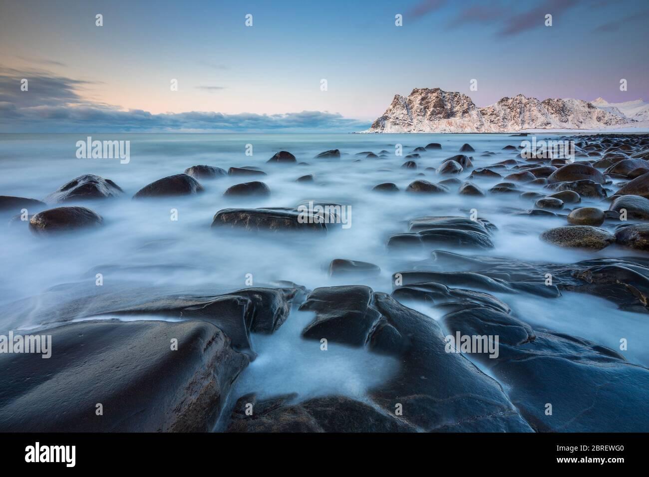 Atardecer en la playa de Uttakleiv, Leknes, Lofoten, Nordland, Noruega, Escandinavia, Norte de Europa Foto de stock
