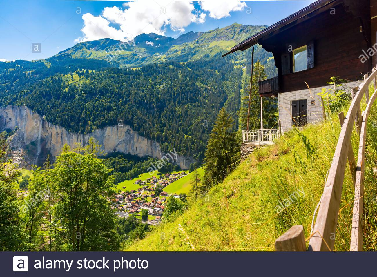 Casa solitaria cerca de la aldea de montaña Lauterbrunnen, Oberland bernés, Suiza. Foto de stock