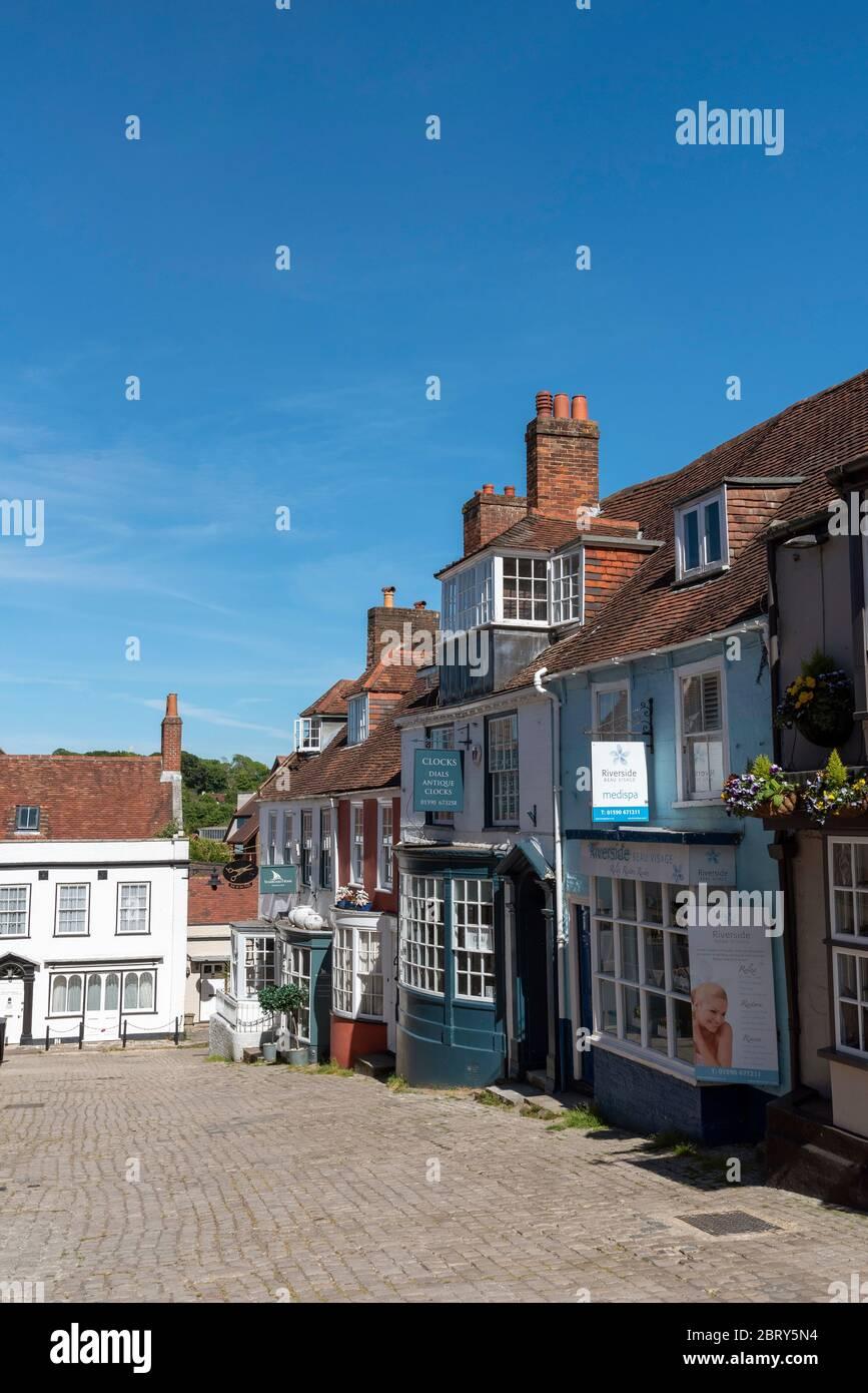 Lymington, Hampshire, Inglaterra, Reino Unido. Mayo de 2020. Propiedades coloridas en una calle en Lymington, un pequeño pueblo en la zona de New Forest del sur de Inglaterra. Foto de stock