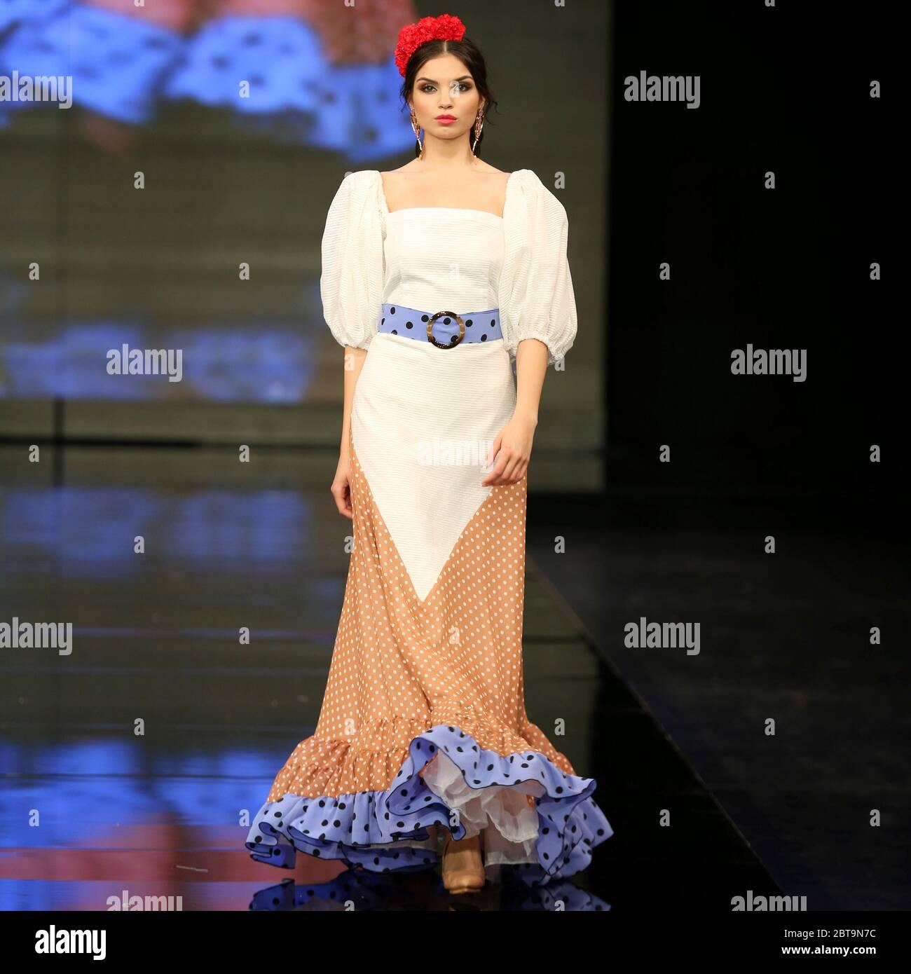 SEVILLA, ESPAÑA - ENE 31: Modelo vestido de la colección de dualismo de la diseñadora Adelina Infante como parte del SIMOF 2020 (Foto: Mickael Chavet) Foto de stock