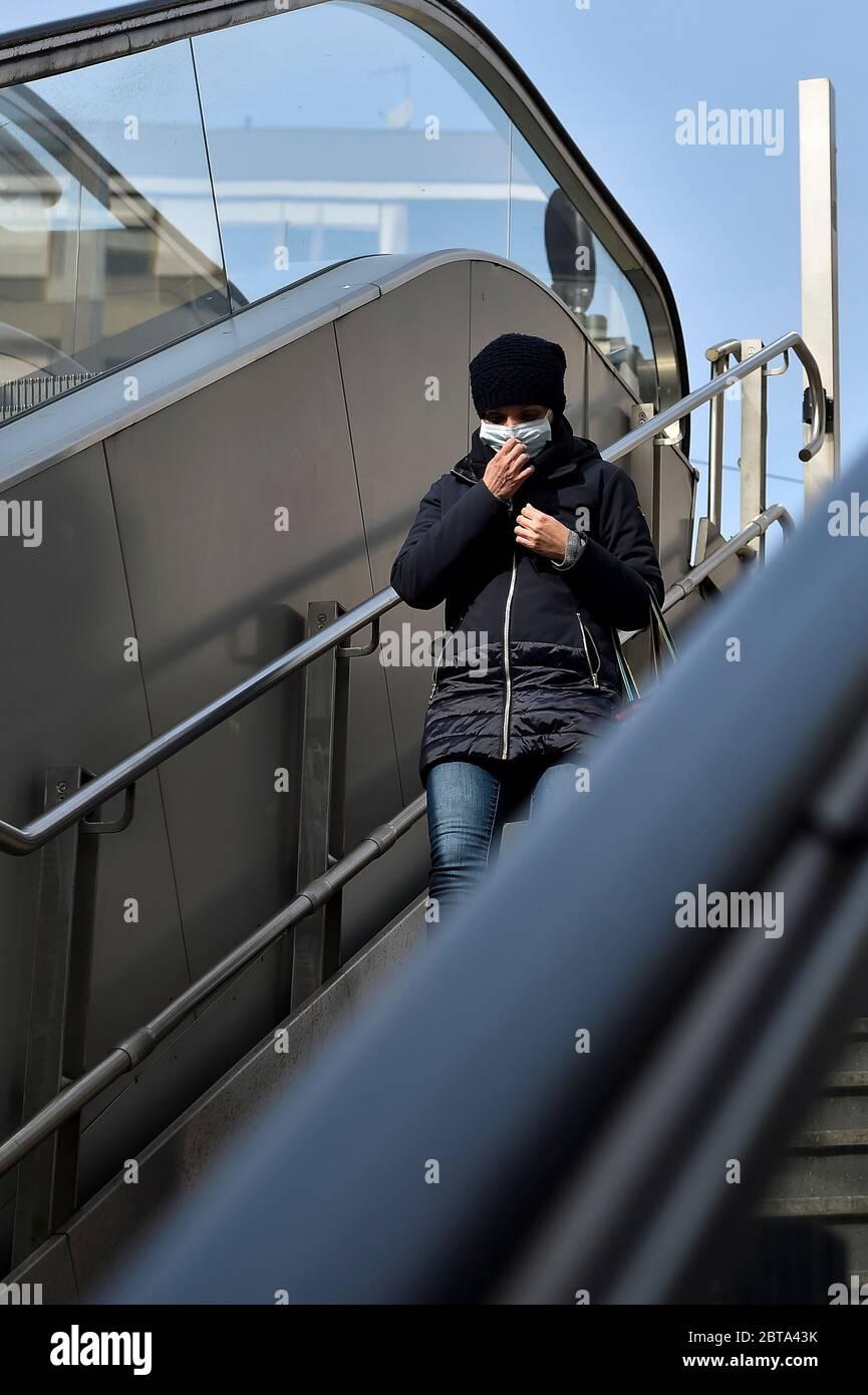 Turín, Italia - 09 de marzo de 2020: Una persona que lleva una máscara protectora baja por una escalera en la estación de metro. El gobierno italiano impuso un cierre prácticamente al norte del país como parte de las medidas para detener la propagación del brote de coronavirus COVID-19 en Italia. Crédito: Nicolò campo/Alamy Live News Foto de stock