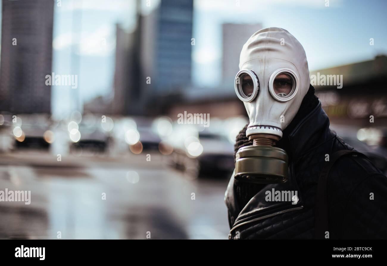 un joven informal en una máscara de gas mirando la cámara Foto de stock