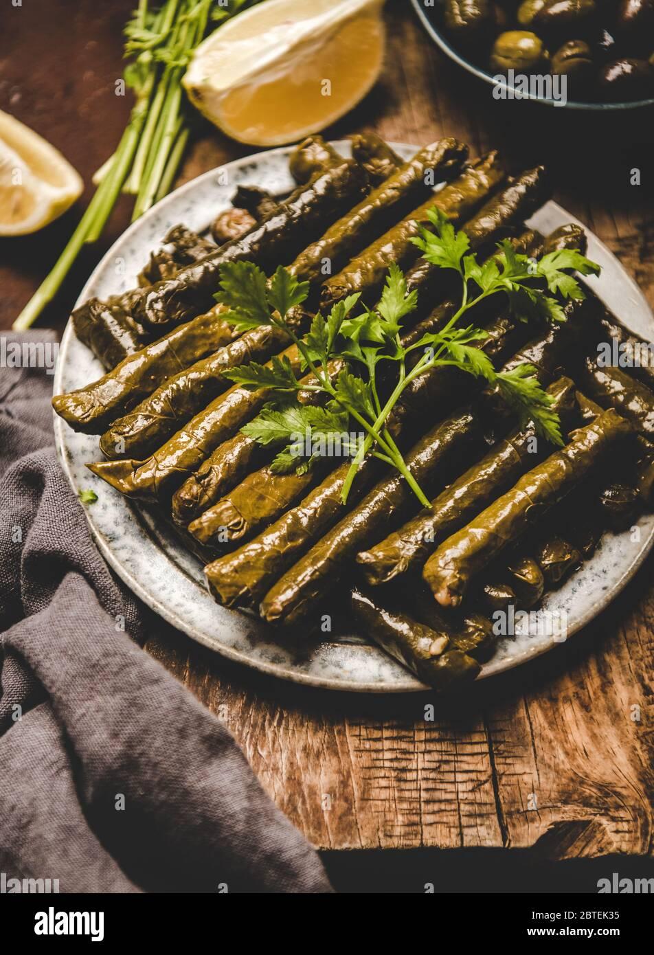Sarma turca o Dolma con arroz y especias en el plato Foto de stock