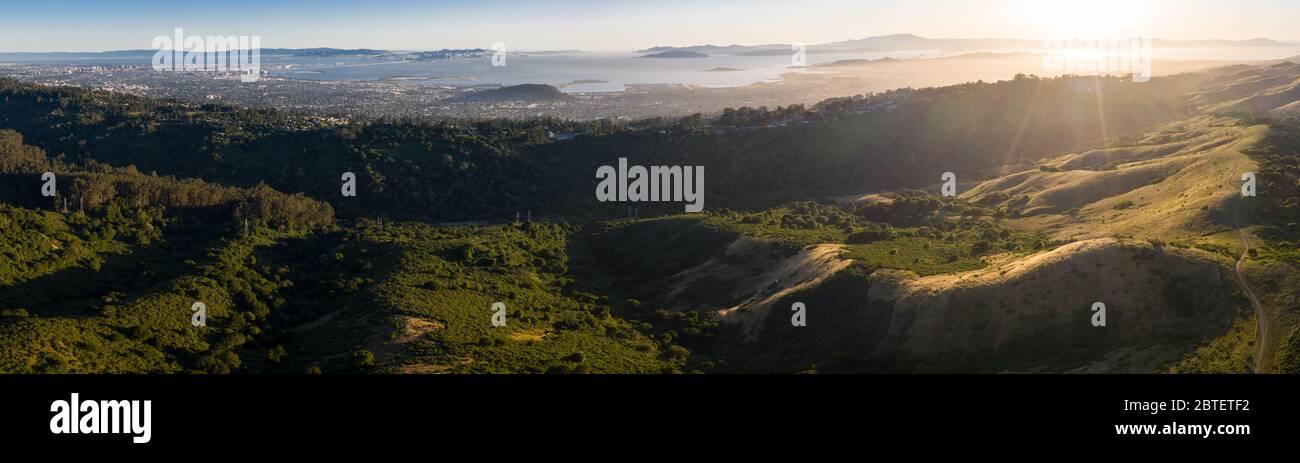 La luz del sol de la tarde ilumina las hermosas colinas de la Bahía este, justo al este de la Bahía de San Francisco en el norte de California. Foto de stock