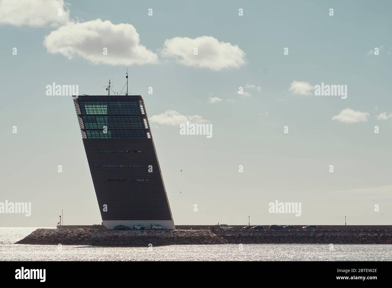 Centro de control e tráfego maritimo de Lisboa - imagen de la torre de control marino de Lisboa durante el tiempo soleado Foto de stock