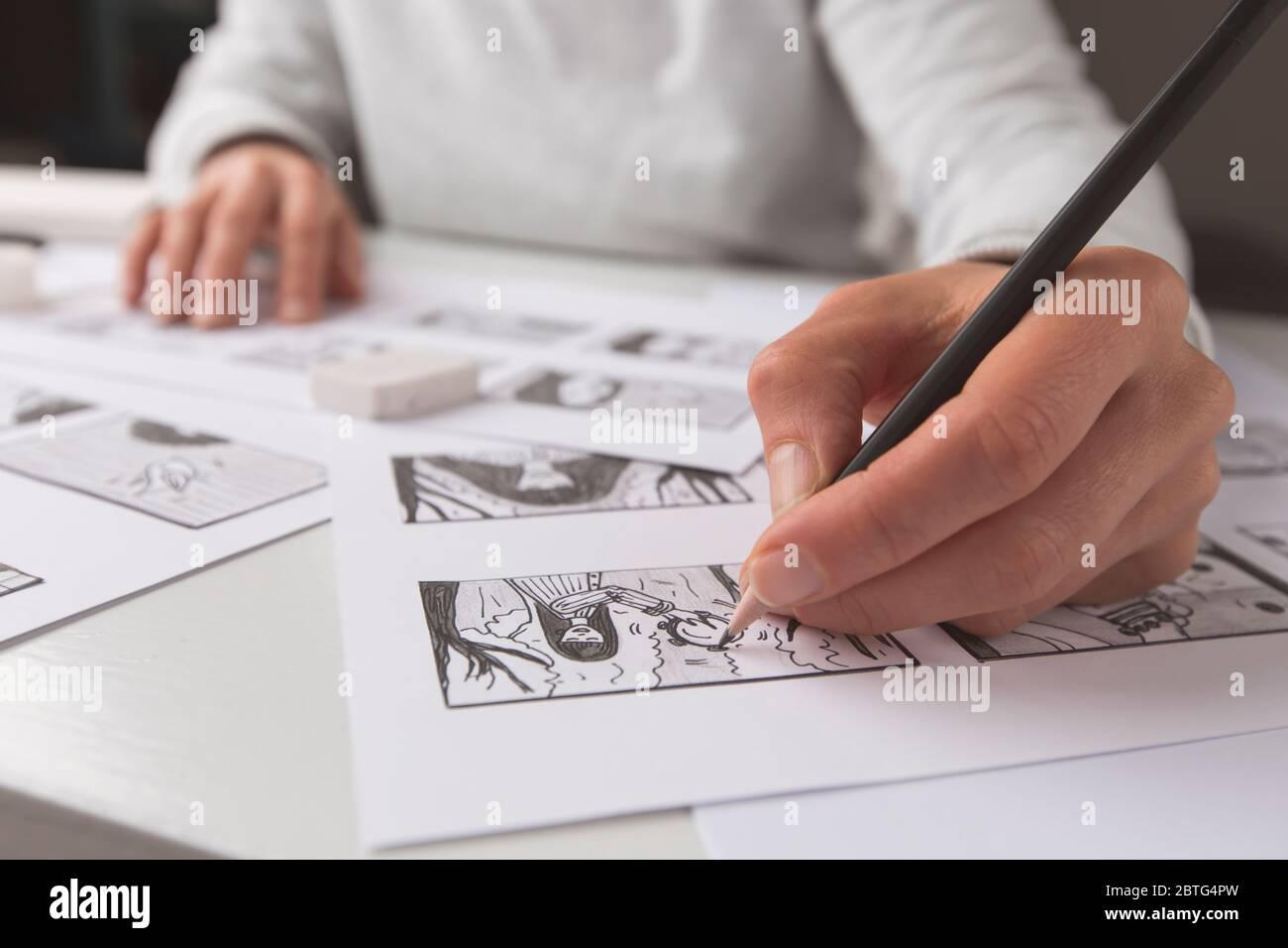 Artista ilustrador dibuja un guión gráfico para la película. El animador crea croquis para la caricatura. Foto de stock