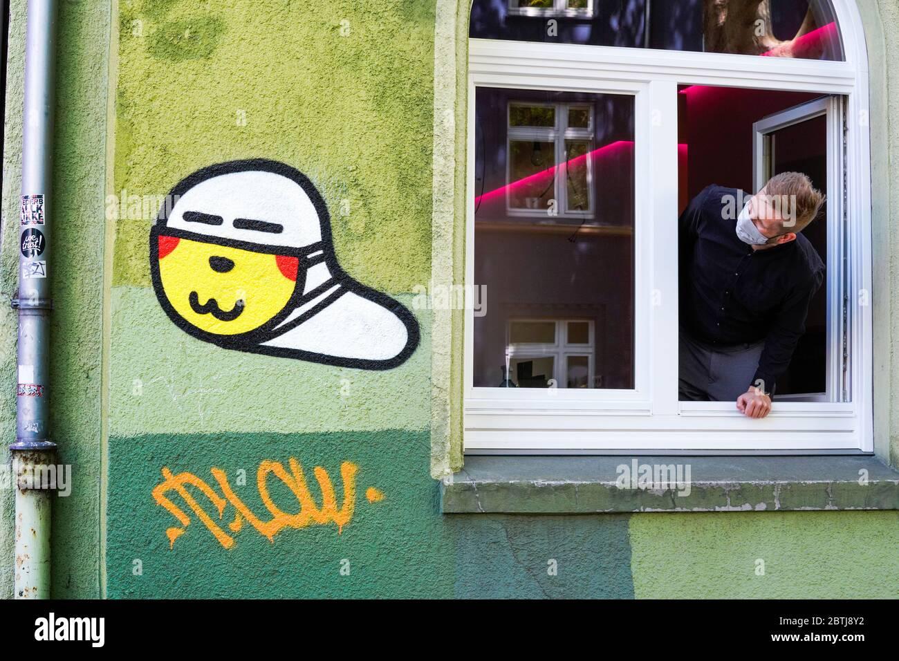 Dortmund, Alemania, 26 de mayo de 2020: Gusanos de máscara. Desde el estallido de la crisis de la corona en marzo de 2020, el pequeño graffiti del virus de la corona con una máscara de la boca creada por un rociador desconocido se puede ver en muchas paredes de la casa en Dortmund. --- Dortmund, 26.05.2020: Maskenwürmchen. Seit Ausbruch der Corona-Kise im März 2020 sund kleine Coronaviren-Graffitis mit Mundschutz eines unbekannten Sprayers an vielen Hauswänden in Dortmund zu sehen. Foto de stock