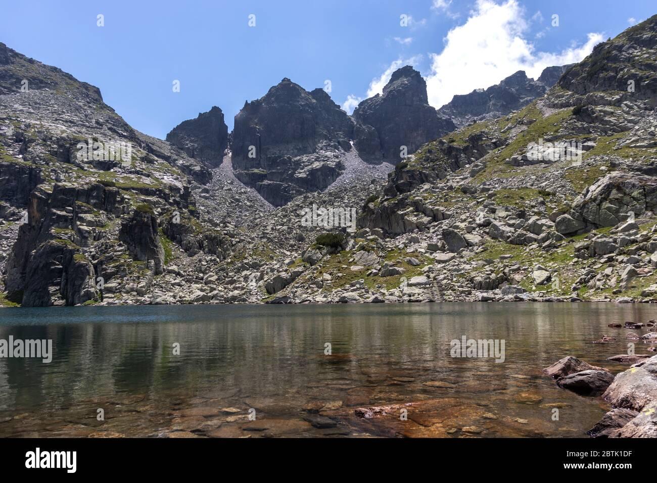 Paisaje increíble del lago Scary (lago Strashnoto), montaña Rila, Bulgaria Foto de stock