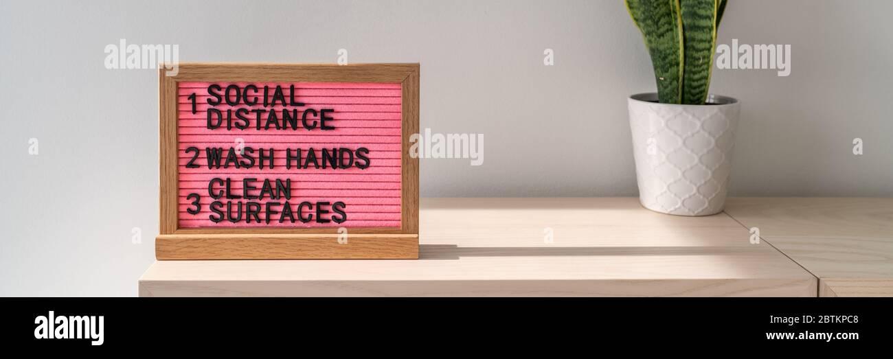 COVID-19 prácticas de higiene para la prevención del coronavirus banner. Tablero de texto en el espacio público con reglas, practicar distanciamiento social, lavarse las manos a menudo, limpiar las superficies, desinfectar las superficies. Foto de stock