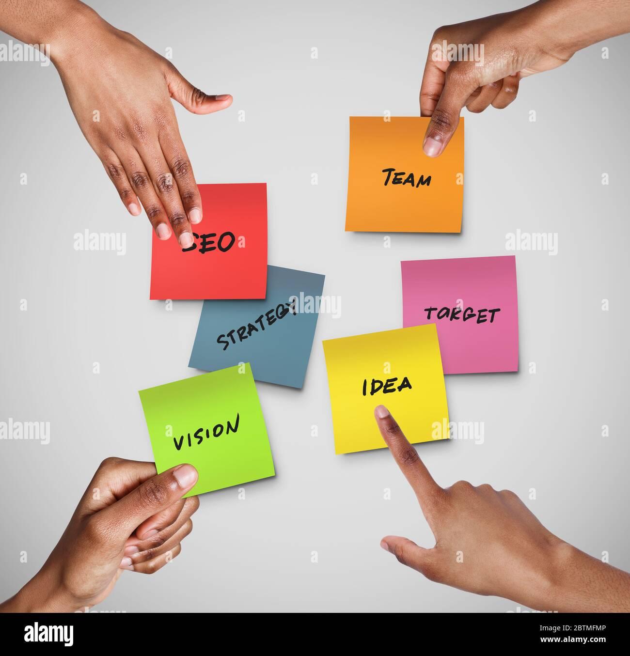Las manos de la gente que alcanzan para las notas con varias palabras relacionadas con el negocio sobre fondo gris, collage Foto de stock