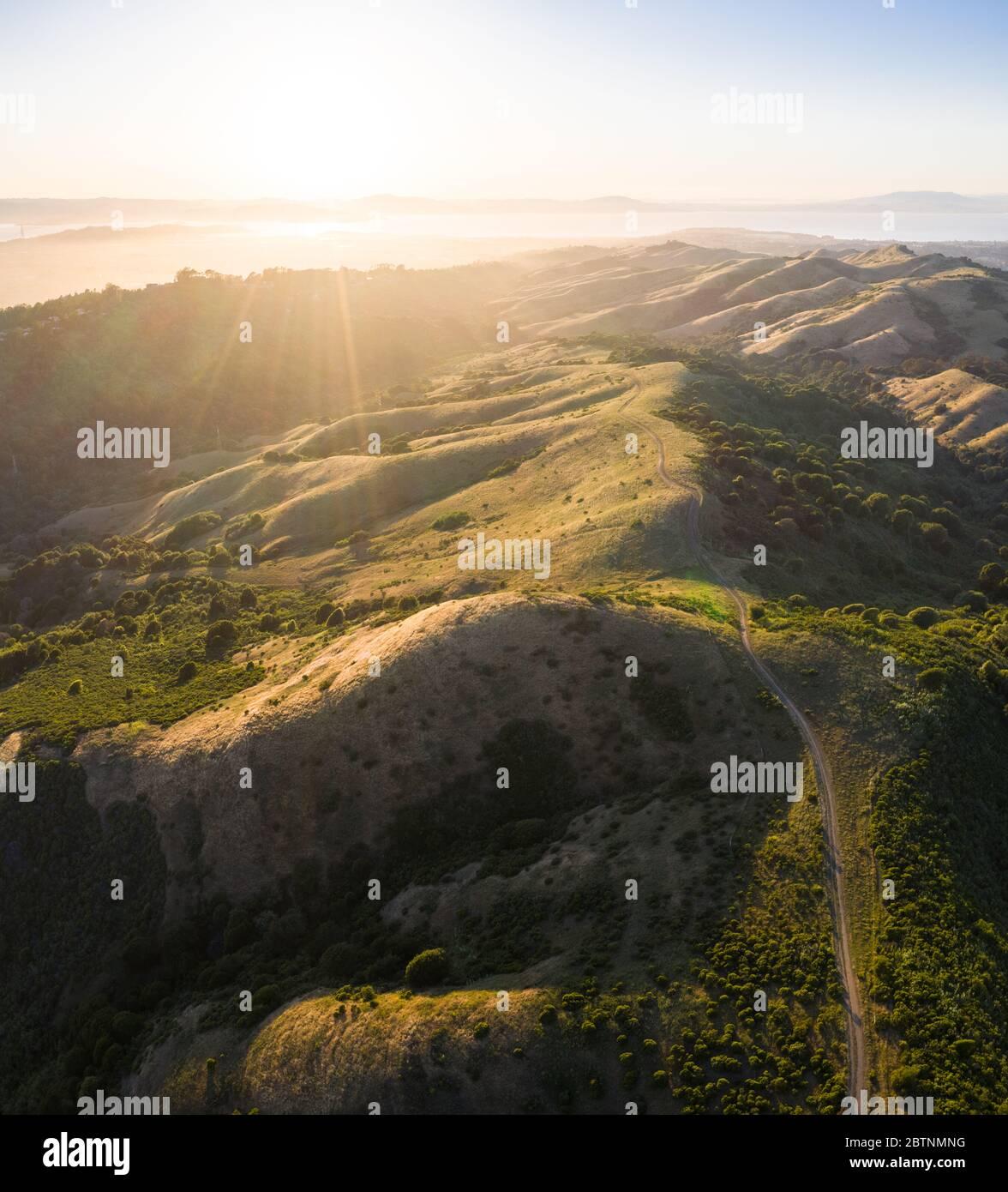 La luz del sol de la tarde ilumina las hermosas colinas y valles rurales de la Bahía este, justo al este de la Bahía de San Francisco en el norte de California. Foto de stock