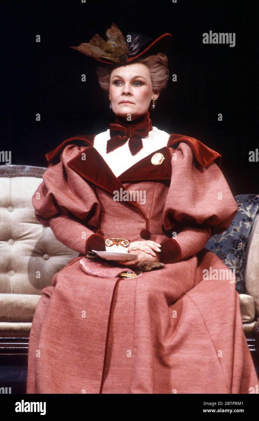 Judi Dench (Lady Bracknell) en LA IMPORTANCIA DE SER SINCERO por Oscar Wilde en el Teatro Lyttelton, Teatro Nacional (NT), Londres 16/09/1982 diseño: John Bury director: Peter Hall Foto de stock