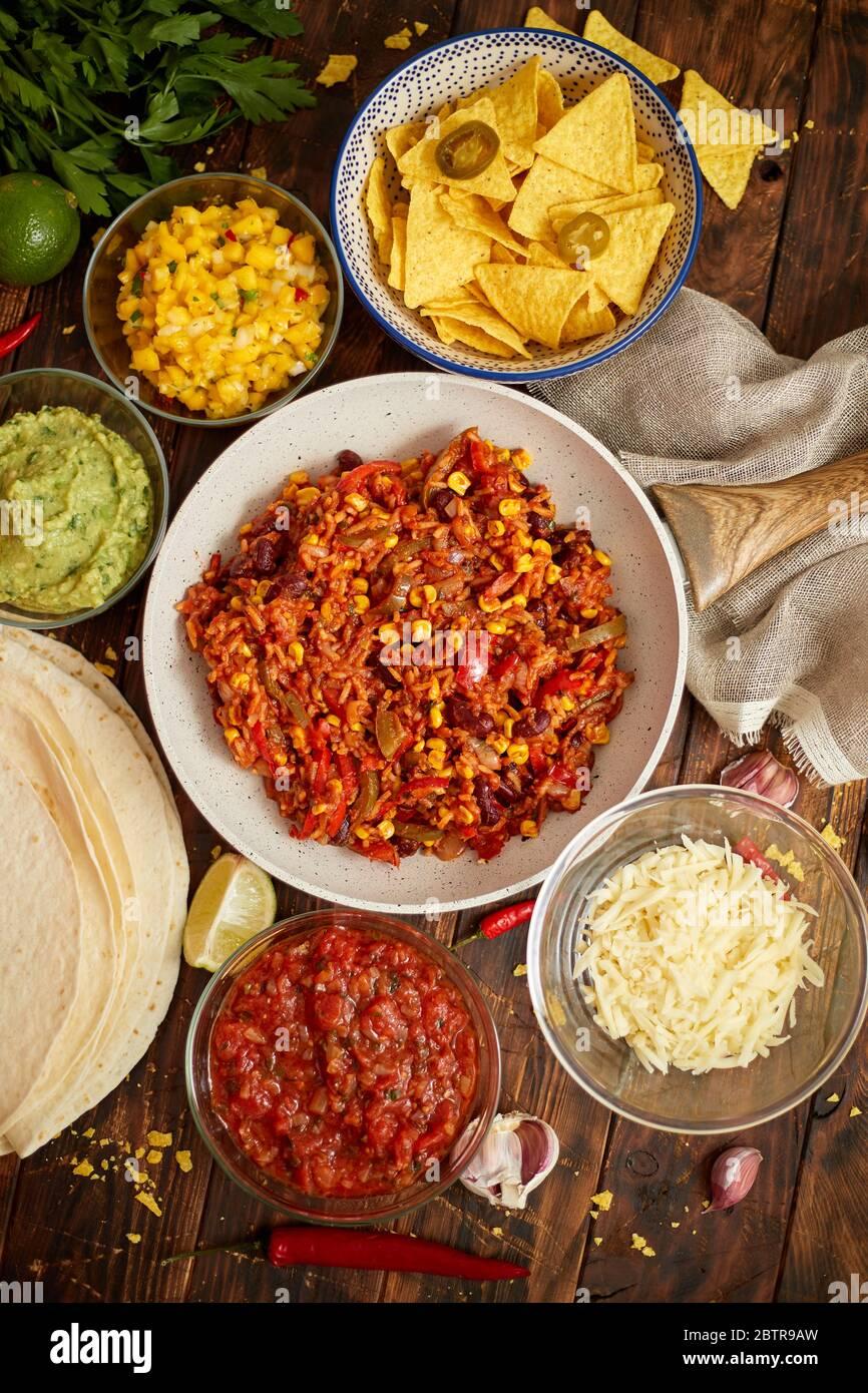 Concepto de comida mexicana. Burritos vegetales. Servido en la sartén. Tortilla guacamole, salsa, Chile y frijoles Foto de stock