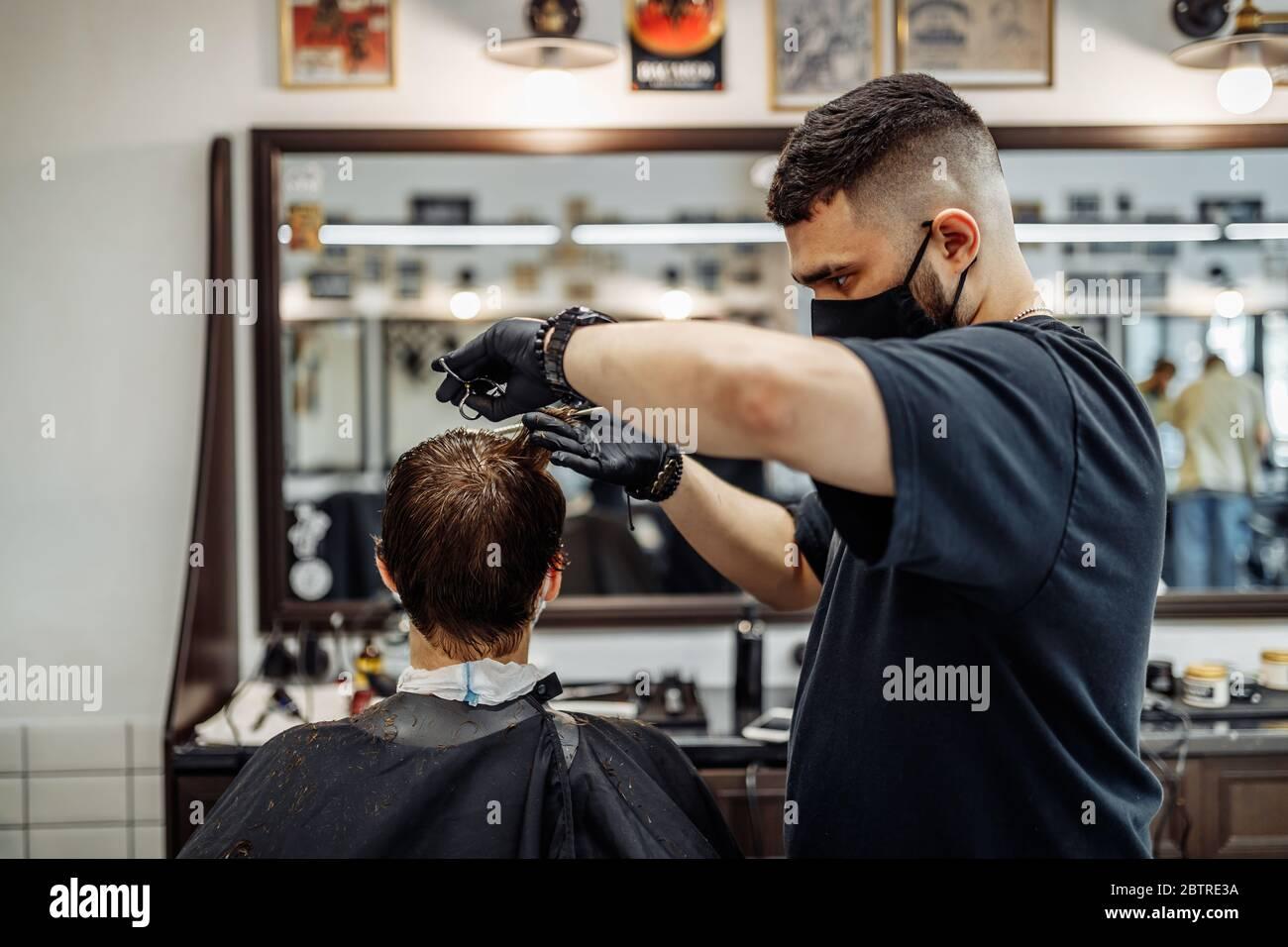 Crear un corte de pelo fresco y el estilo en una peluquería. Foto de stock