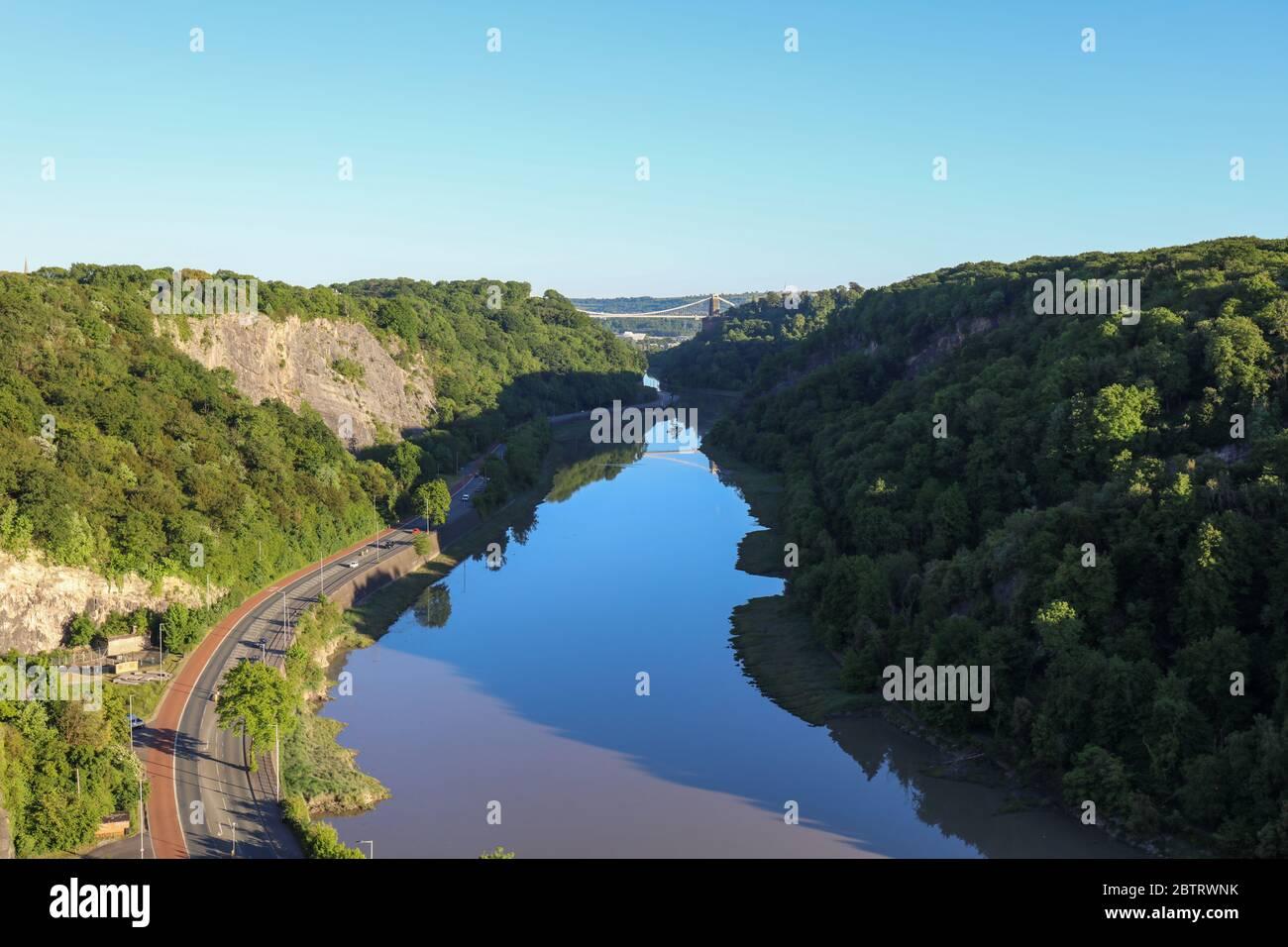 Río Avon en el desfiladero de Bristol con reflejo del puente colgante Brunel. REINO UNIDO Foto de stock