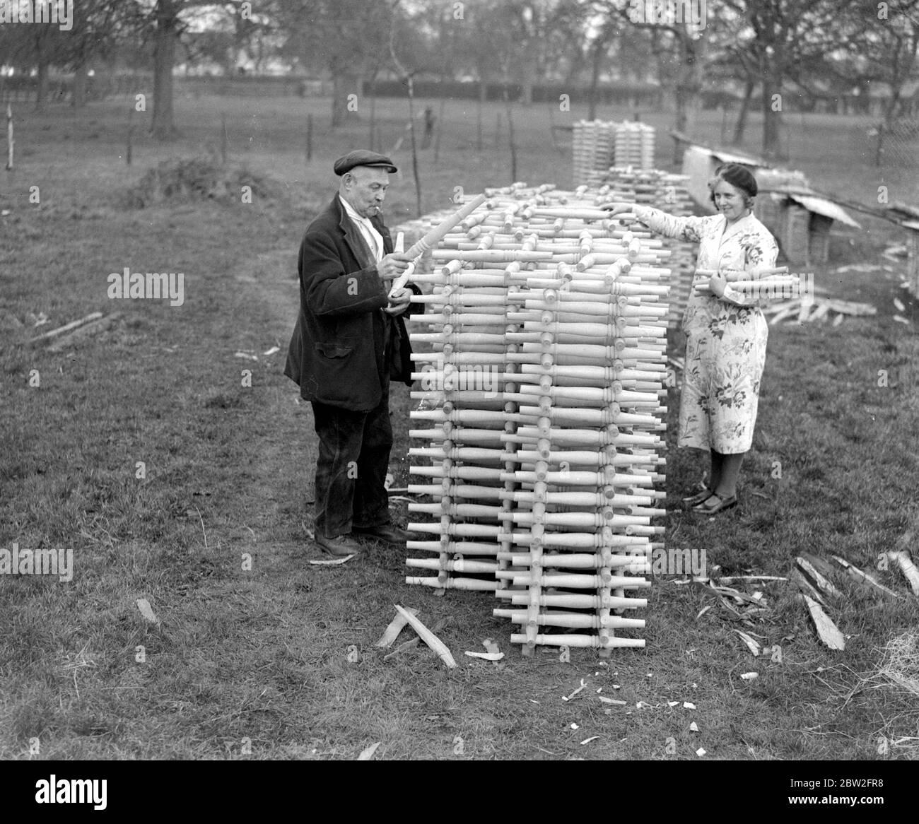 Una industria primitiva. Una de las industrias más antiguas de este país se lleva a cabo en los bosques de High Wycombe, Bucks, donde desde hace cientos de años, patas de silla, ganchos de tienda, etc, se han hecho por las manos, los árboles que se talan y se dividen y se dan vuelta sin la ayuda de maquinaria. Febrero de 1934 Foto de stock