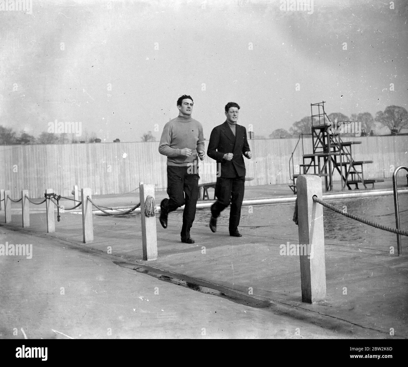 Jack Doyle y su hermano corriendo. [Jack Doyle, alias el Gael magnífico, contendiente para el Campeonato de Boxeo Británico, actor y tenor de Hollywood] 1934 Foto de stock