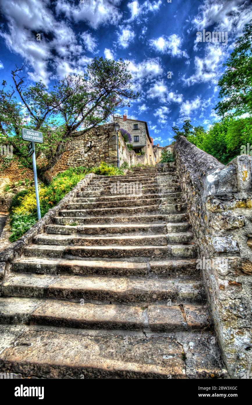 Ciudad de Montreuil-Bellay, Francia. Vista artística de San Pedro Steps (Escalier Saint-Pierre). Foto de stock