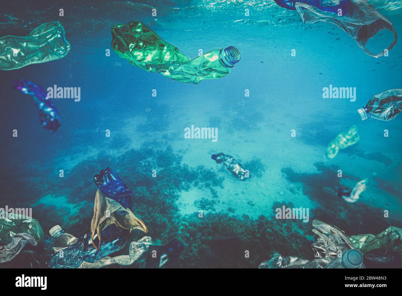 residuos plásticos, bolsas de botellas flotando bajo el agua en el mar. nadie alrededor, concepto de desastre ecológico y problema en la eliminación de plástico. Foto de stock