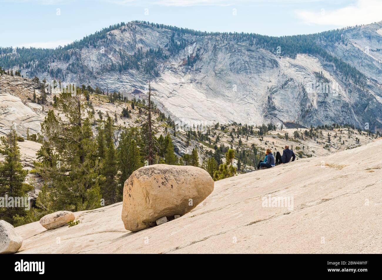 Turistas en las colinas de granito Olmsted Point en el Parque Nacional Yosemite Foto de stock