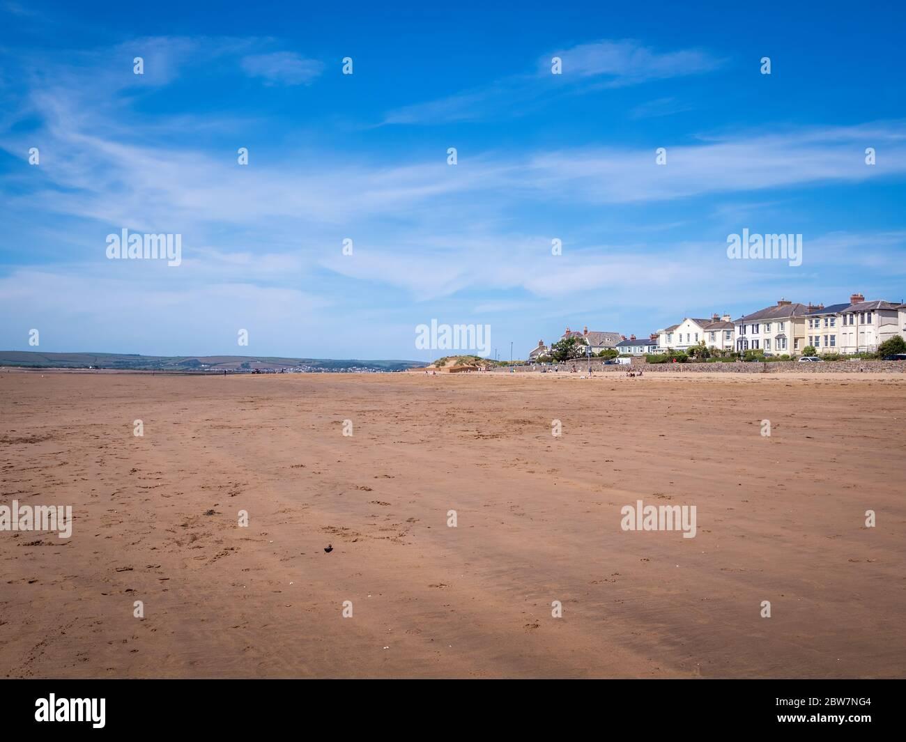 INDOW, DEVON, Reino Unido - MAYO 25 2020: Playa de arena casi desierta, Instow, norte de Devon Reino Unido. Pocas personas. Turismo diezmado por Coronavirus, cierre de Covid. Foto de stock