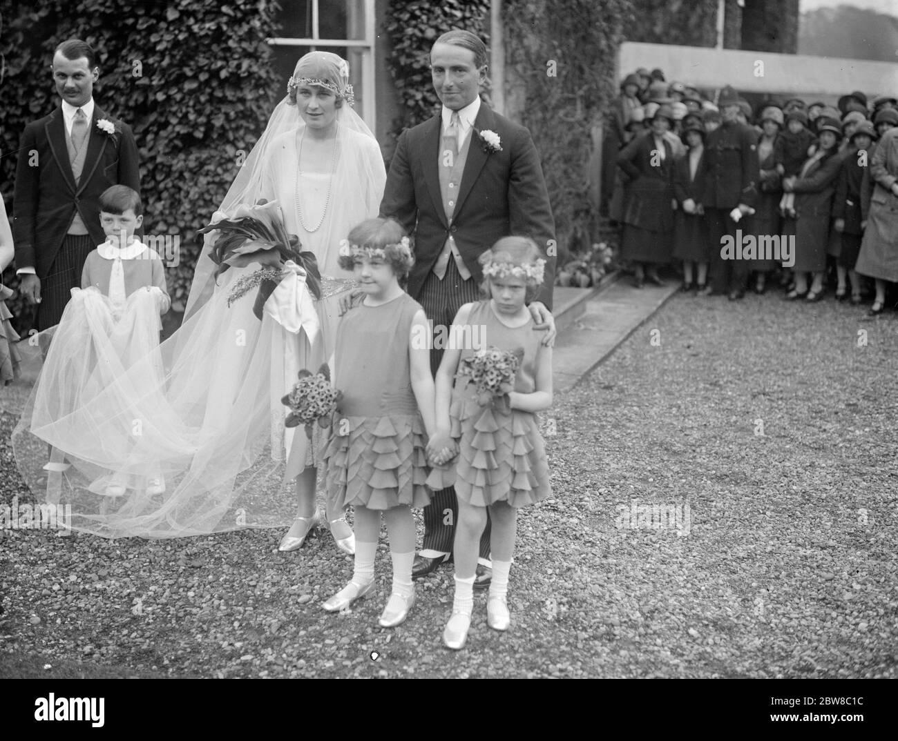 El hermano del conde de Westopelands se jordeñó. La boda tuvo lugar en Hollywell el jueves en el Hon Mountjoy Fane y Miss Ackland Hood . Novia y novio después de la ceremonia . 29 de abril de 1926 Foto de stock