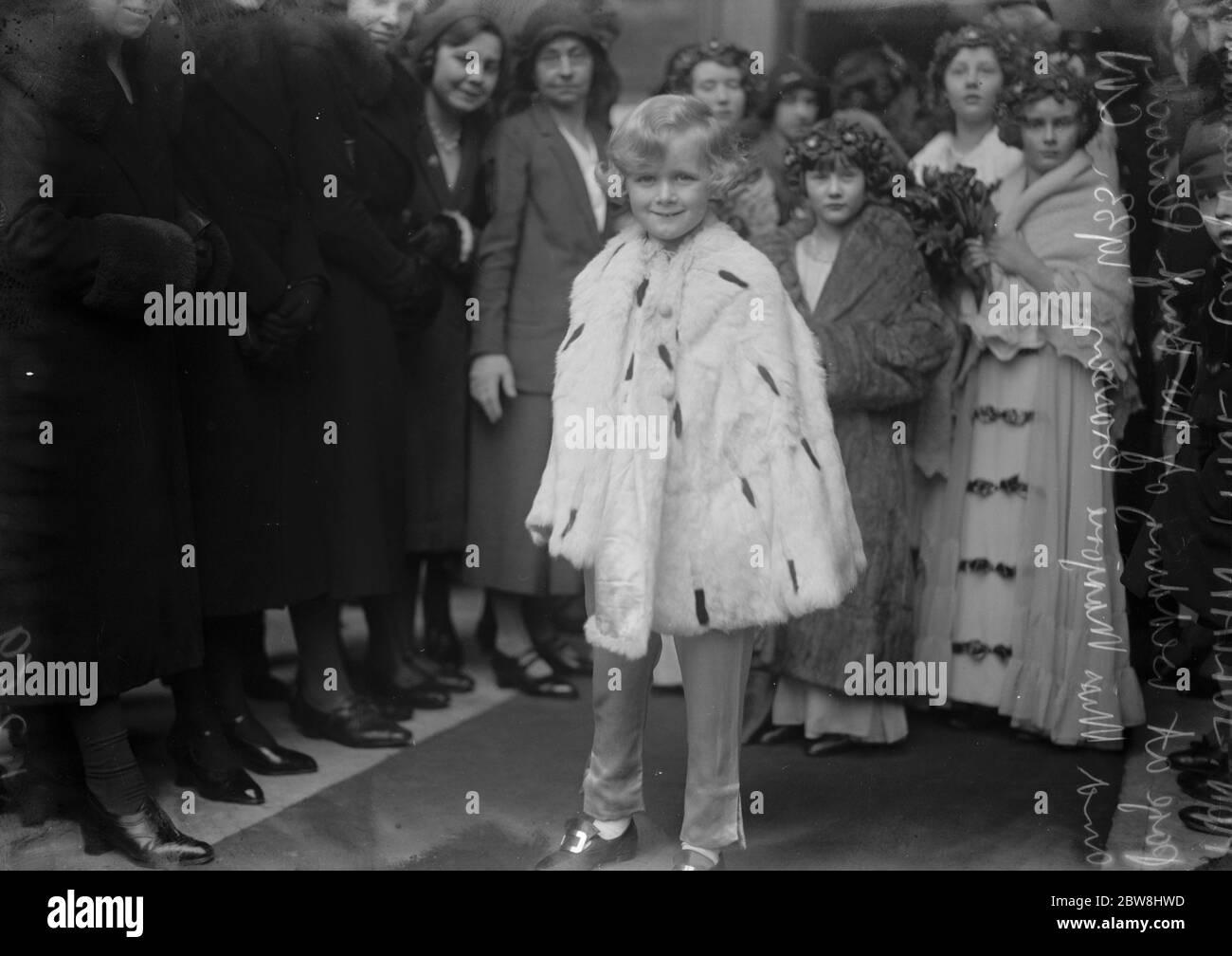 Boda de la señorita Marjorie Brassey y el Sr. Hugh Peacock en San Pedro, Eaton Square . El Hon Julian Fane (segundo hijo del conde de Westmorland) que era página . 22 de febrero de 1933 Foto de stock