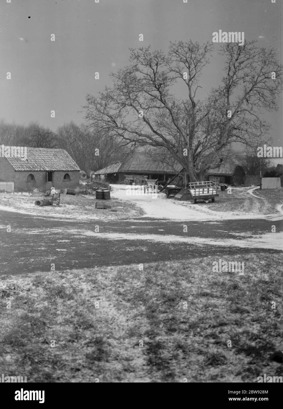 Un patio de granja nevado en Horton Kirby, Kent. 1939 Foto de stock