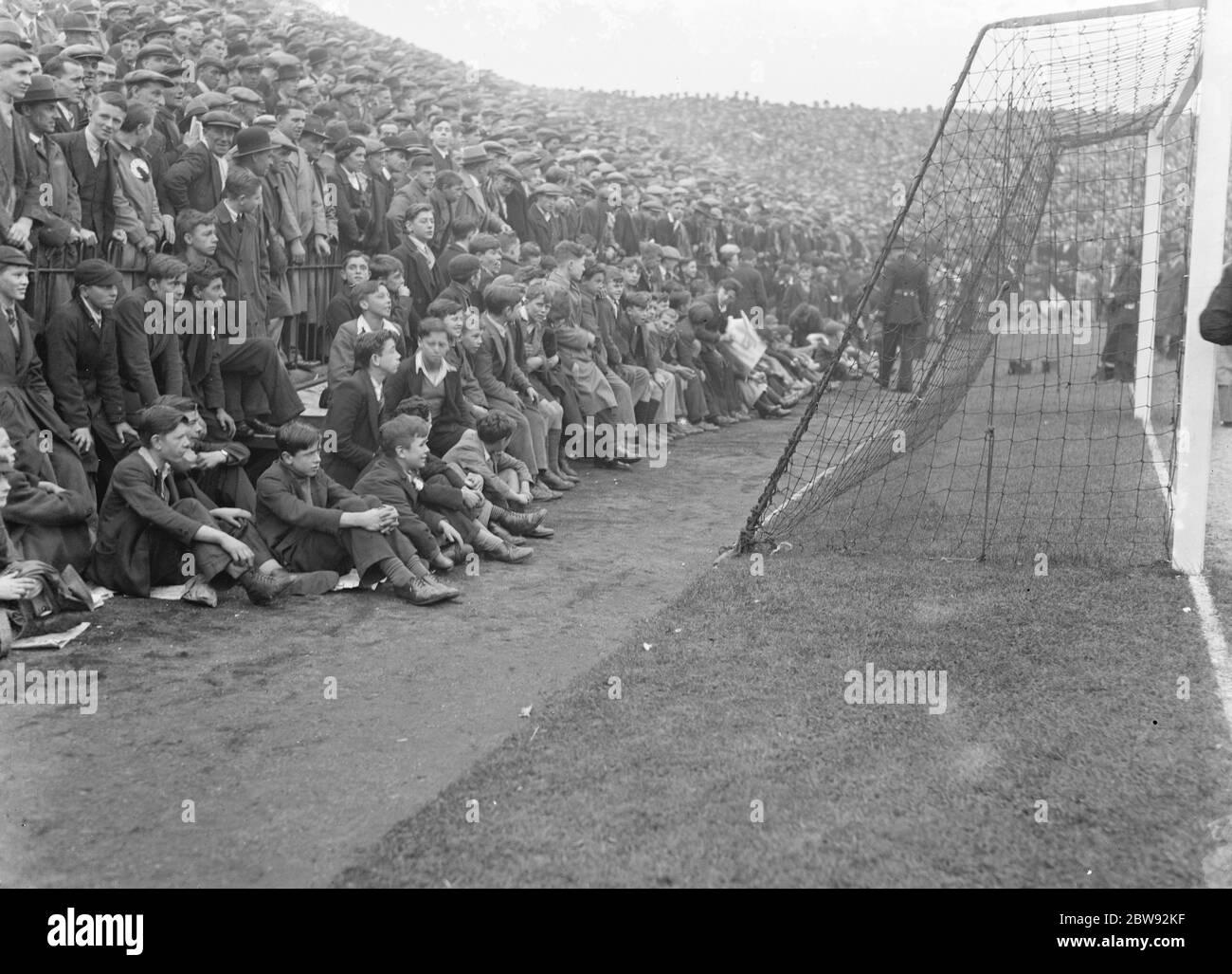 Espectadores en un partido de fútbol . 1939 Foto de stock