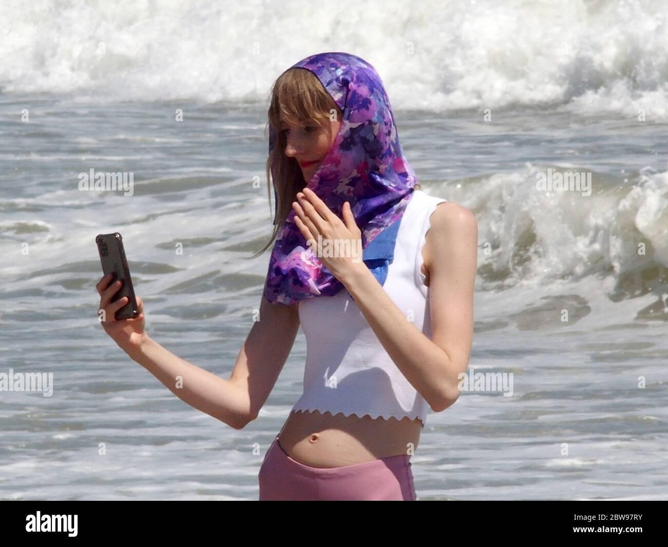 30 de mayo de 2020, Nueva York, Nueva York, EE.UU.: Tiempo caliente hoy en N.Y.C. Los bañistas se dirigen a la playa de ropa opcional en Queens N.Y. algunos con máscaras y distanciamiento social mientras que otros no. 29/2020/05 (imagen de crédito: © Bruce Cotler/ZUMA Wire) Foto de stock