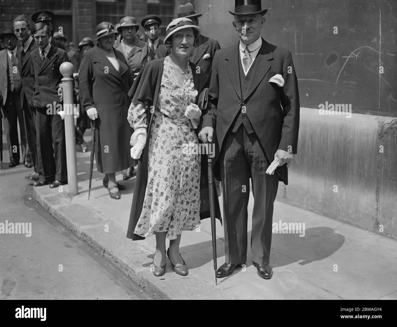 Arthur Bateman , acompañado por la Srta. Bateman , saliendo de la Guildhall después de solicitar una votación para la elección de Sheriffs el 25 de junio de 1934 Foto de stock