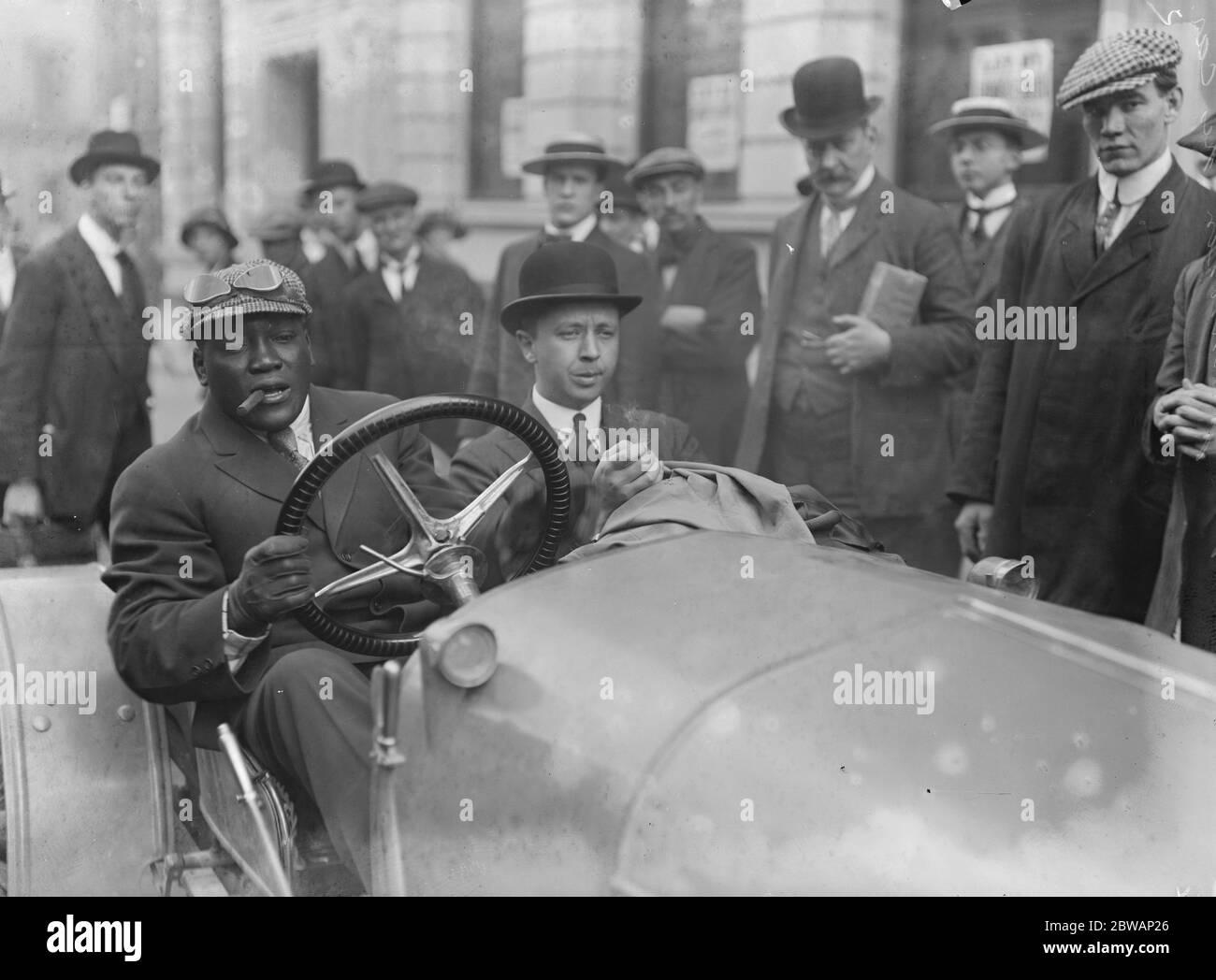 Jack Johnson en su coche . John Arthur ( Jack ) Johnson ( Marzo 31 1878 Ð Junio 10 1946 ), apodado el Ò Galveston Giant, Ó fue un boxeador estadounidense. En el apogeo de la era Jim Crow, Johnson se convirtió en el primer campeón mundial de peso pesado de África ( 1908Ð1915 ). Foto de stock