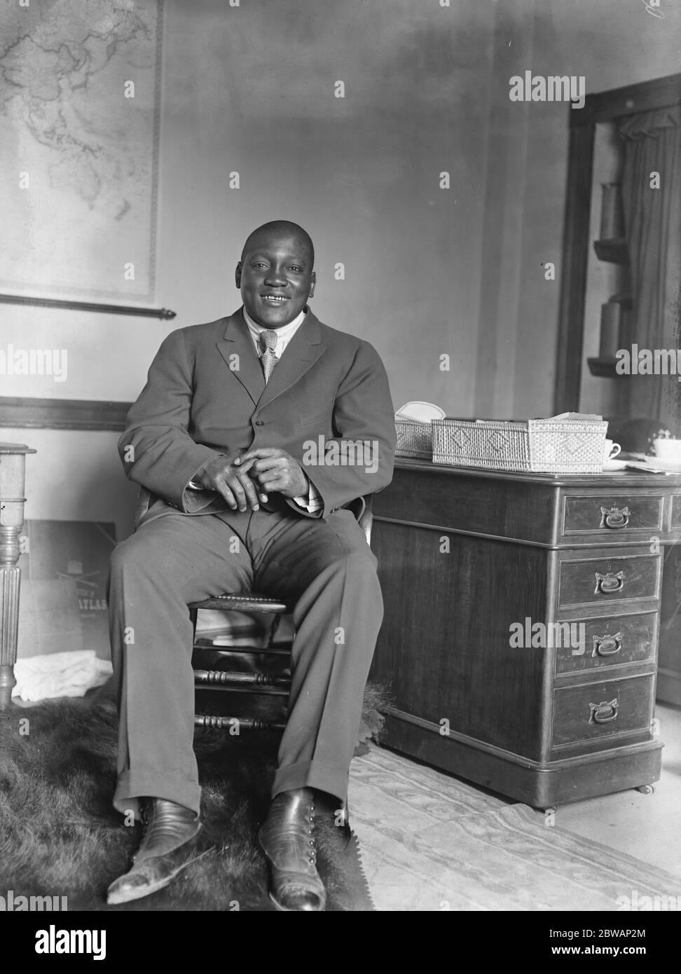 Jack Johnson . John Arthur ( Jack ) Johnson ( Marzo 31 1878 Ð Junio 10 1946 ), apodado el Ò Galveston Giant, Ó fue un boxeador estadounidense. En el apogeo de la era Jim Crow, Johnson se convirtió en el primer campeón mundial de peso pesado de África ( 1908Ð1915 ). Foto de stock