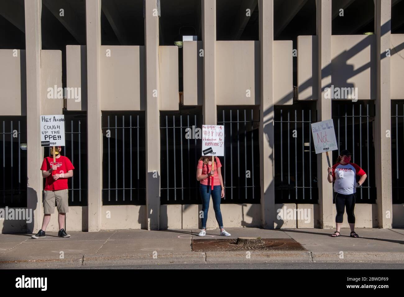 San Pablo, Minnesota. Las enfermeras protestan por la falta de máscaras y peelings durante la pandemia. Usando distanciamiento social mientras se están de pie en sus círculos seis honorarios Foto de stock