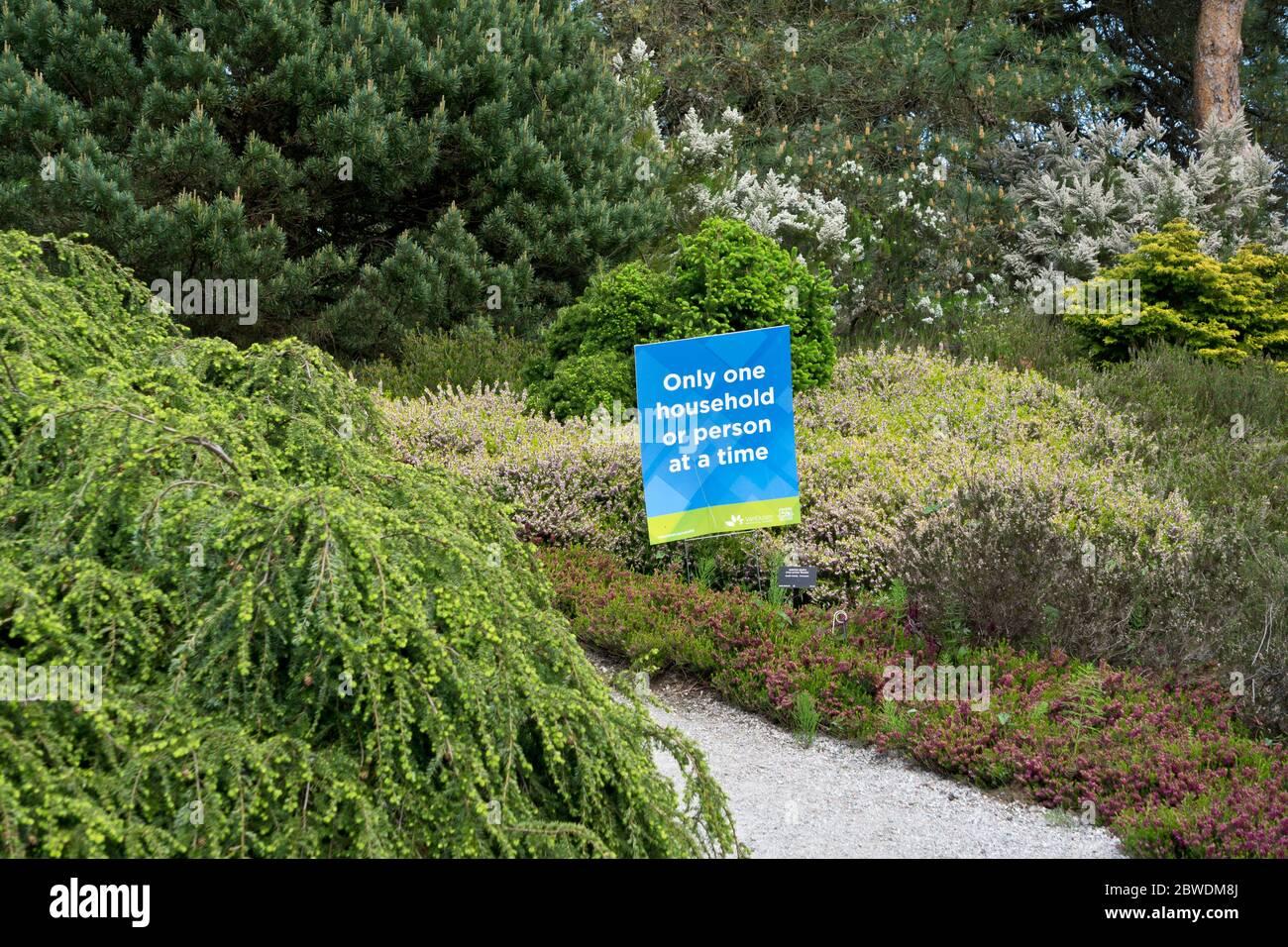 Señales con instrucciones para promover el distanciamiento social durante la pandemia de covid19 en el jardín botánico vandusen. Foto de stock