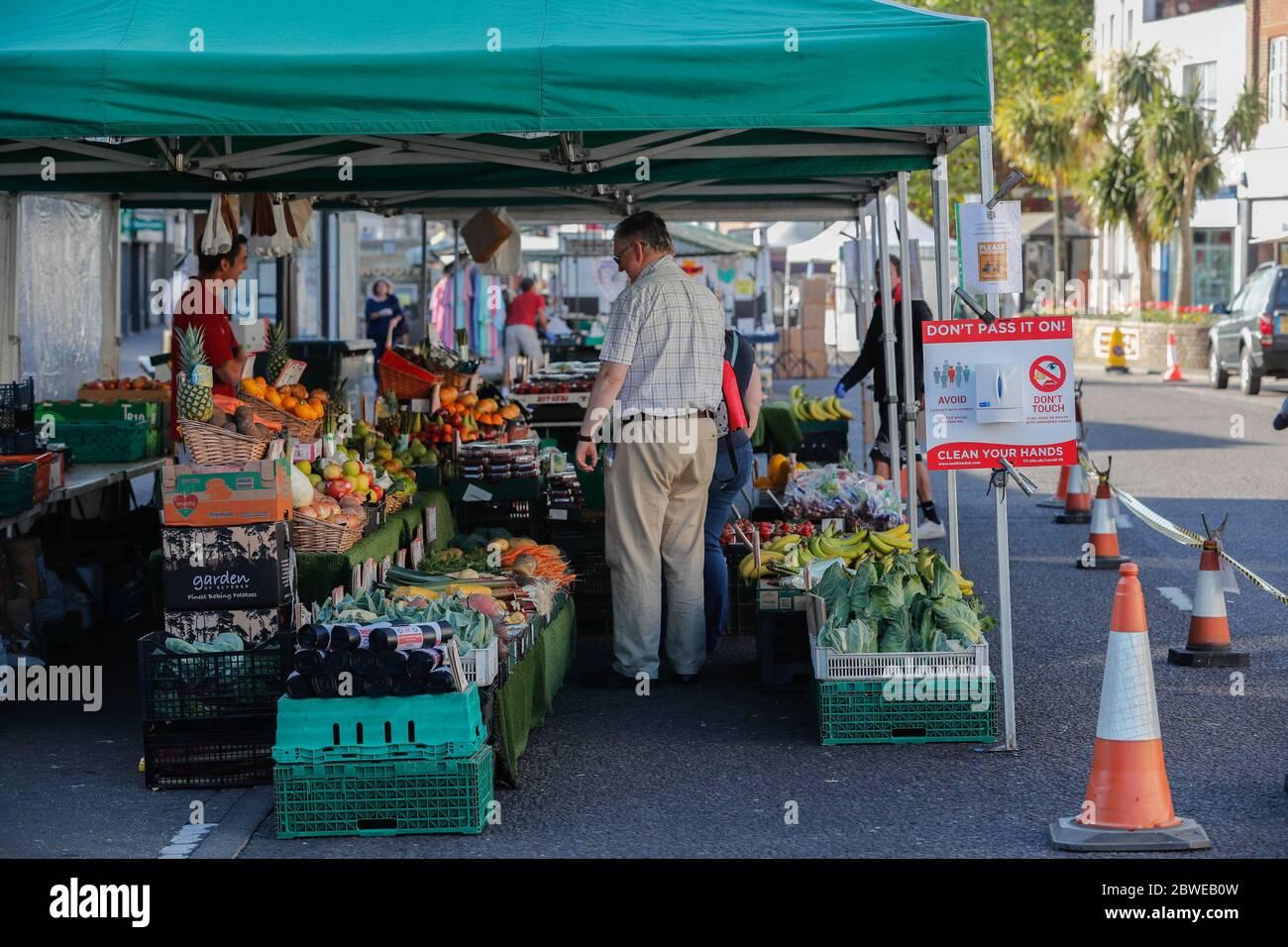 Christchurch, Reino Unido. 1 de junio de 2020. El mercado callejero al aire libre en Christchurch, Dorset, se reabre con procedimientos de seguridad Covid19 en el lugar incluyendo sólo un número limitado de soportes y la provisión de desinfectantes de manos. Crédito: Richard Crease/Alamy Live News Foto de stock