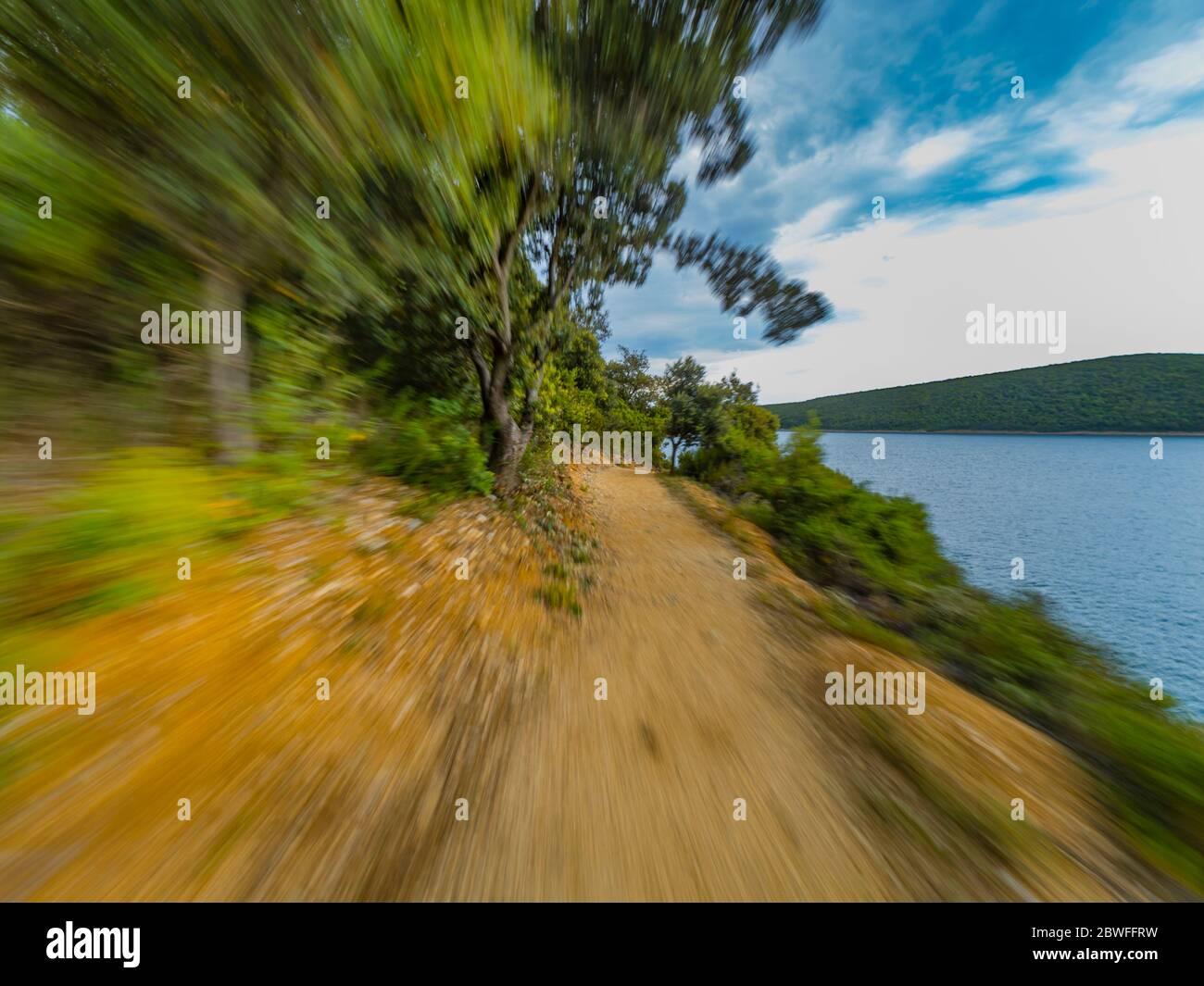 Rakalj en la costa de Istria en Croacia Europa vacío correr rápido en el sendero a lo largo del paseo marítimo Foto de stock