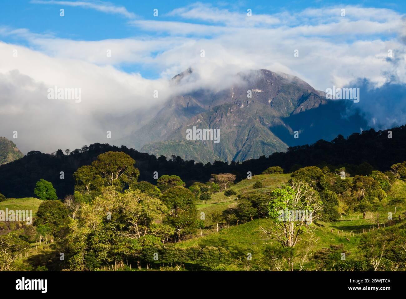 Luz de noche en Volvan Baru, 3475 m, visto desde las afueras de la ciudad de Volcan, provincia de Chiriqui, República de Panamá. Foto de stock