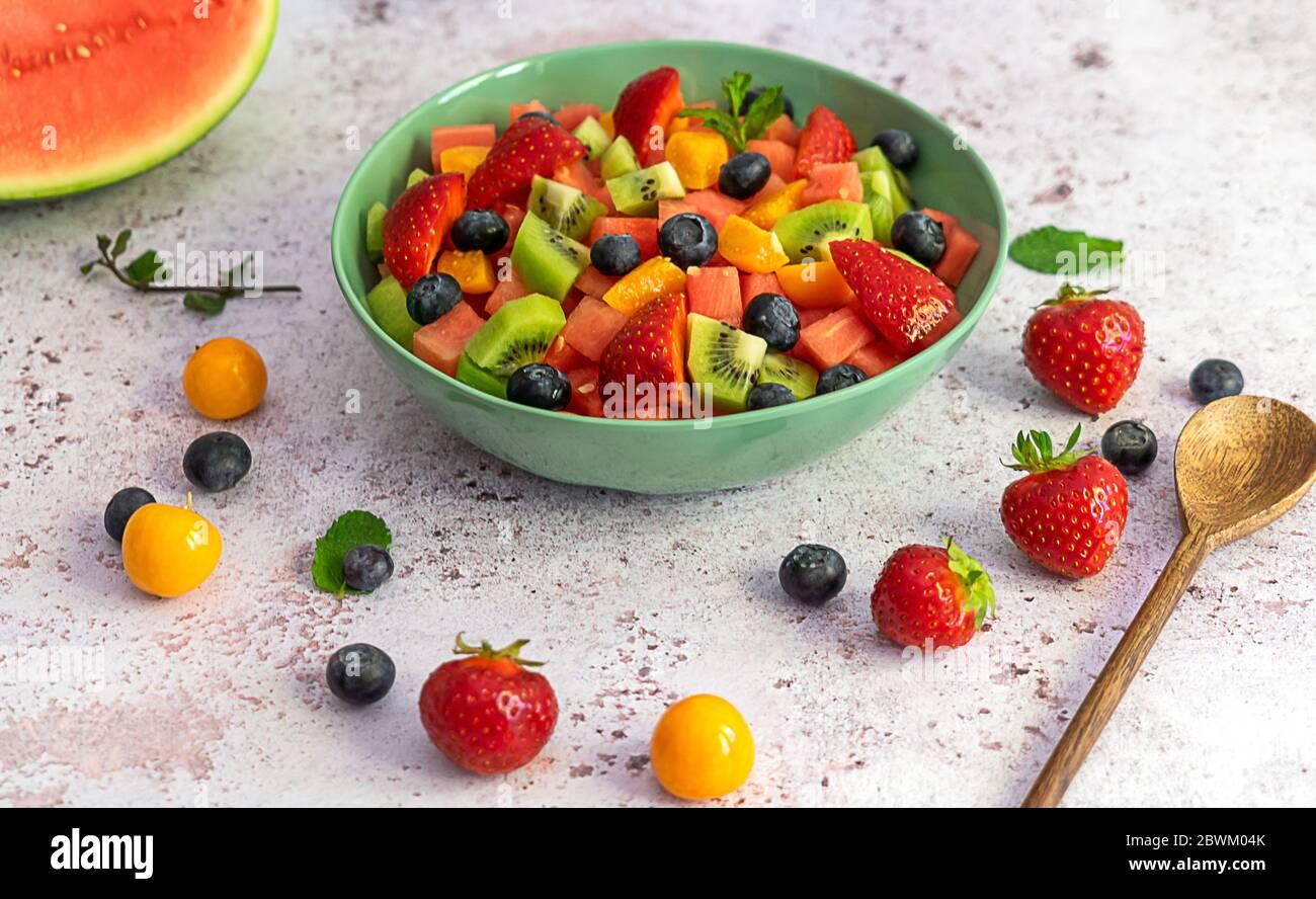 Ensalada de frutas con bayas y sandía Foto de stock