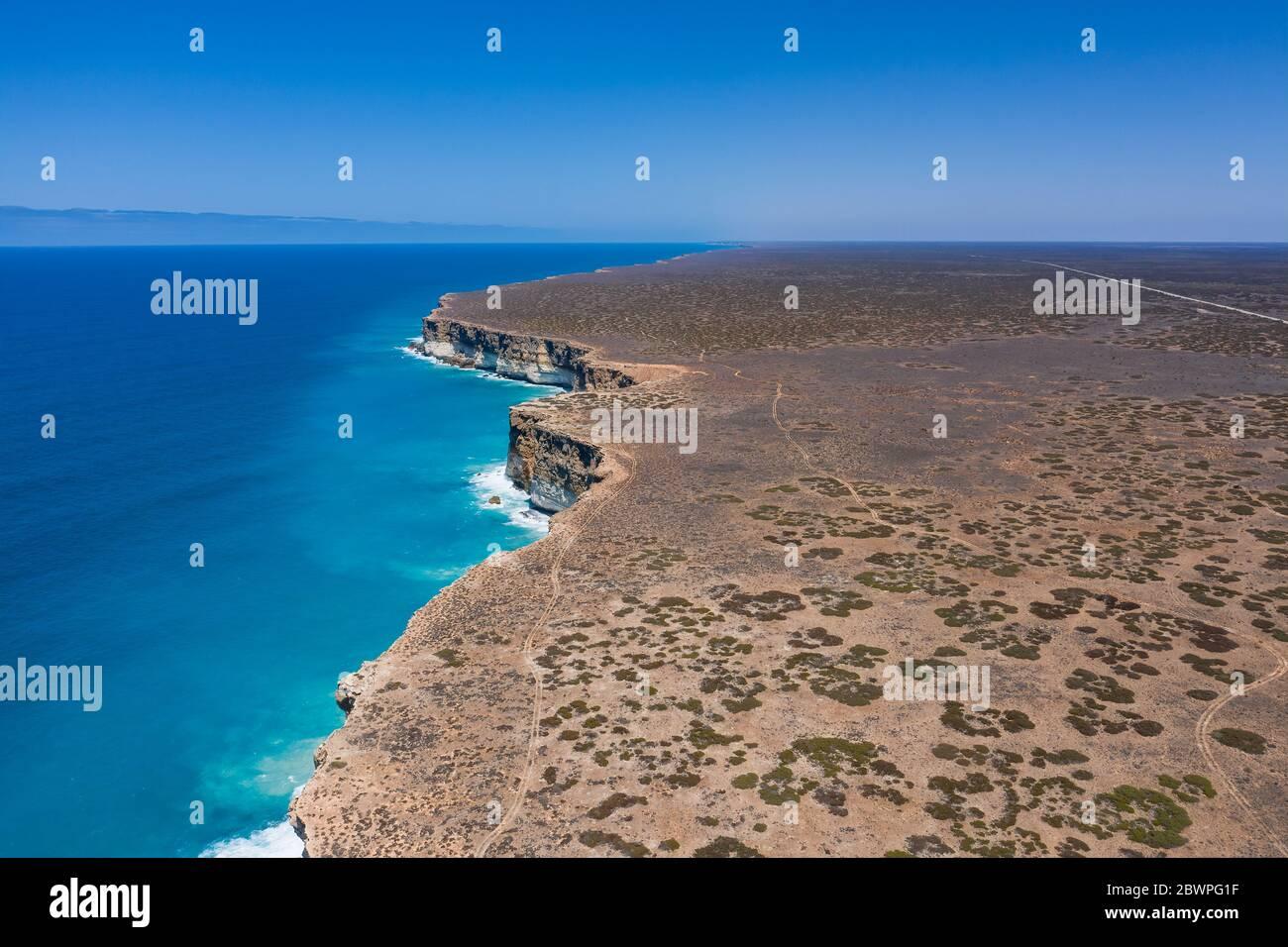 Vista de los acantilados y la autopista Eyre en el Gran Bight Australiano cerca del mirador de los acantilados de Nullarbor Foto de stock