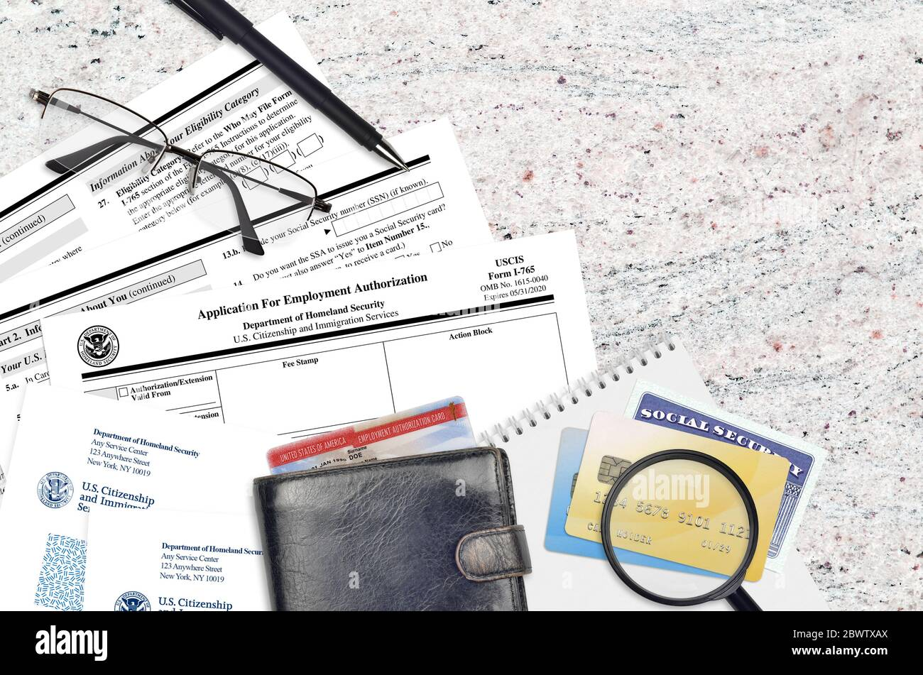 Formulario USCIS I-765 la solicitud de autorización de empleo se encuentra en una mesa plana de oficinas y lista para llenar. Servicios de Ciudadanía e Inmigración de los Estados Unidos p Foto de stock