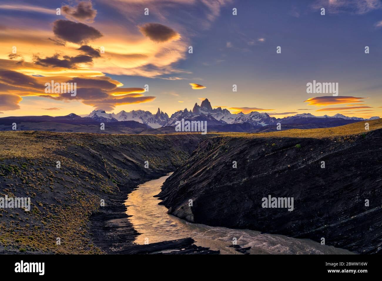 Monte Fitz Roy, Cerro Torre y el río el Chalten al atardecer, Patagonia, Argentina Foto de stock