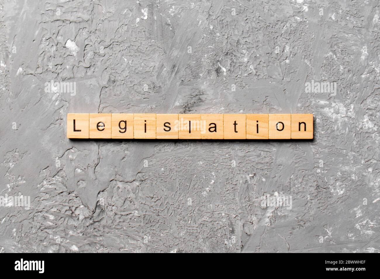 Legislación palabra escrita sobre un bloque de madera. La legislación texto en tabla, concepto. Foto de stock