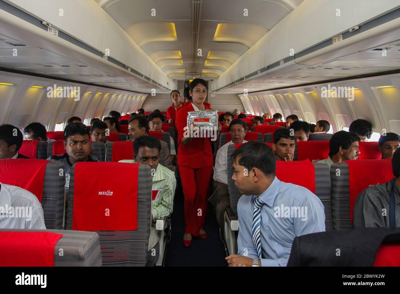 Un equipo de cabina que sirve comida en un avión de Best Airways. Bangladesh Foto de stock