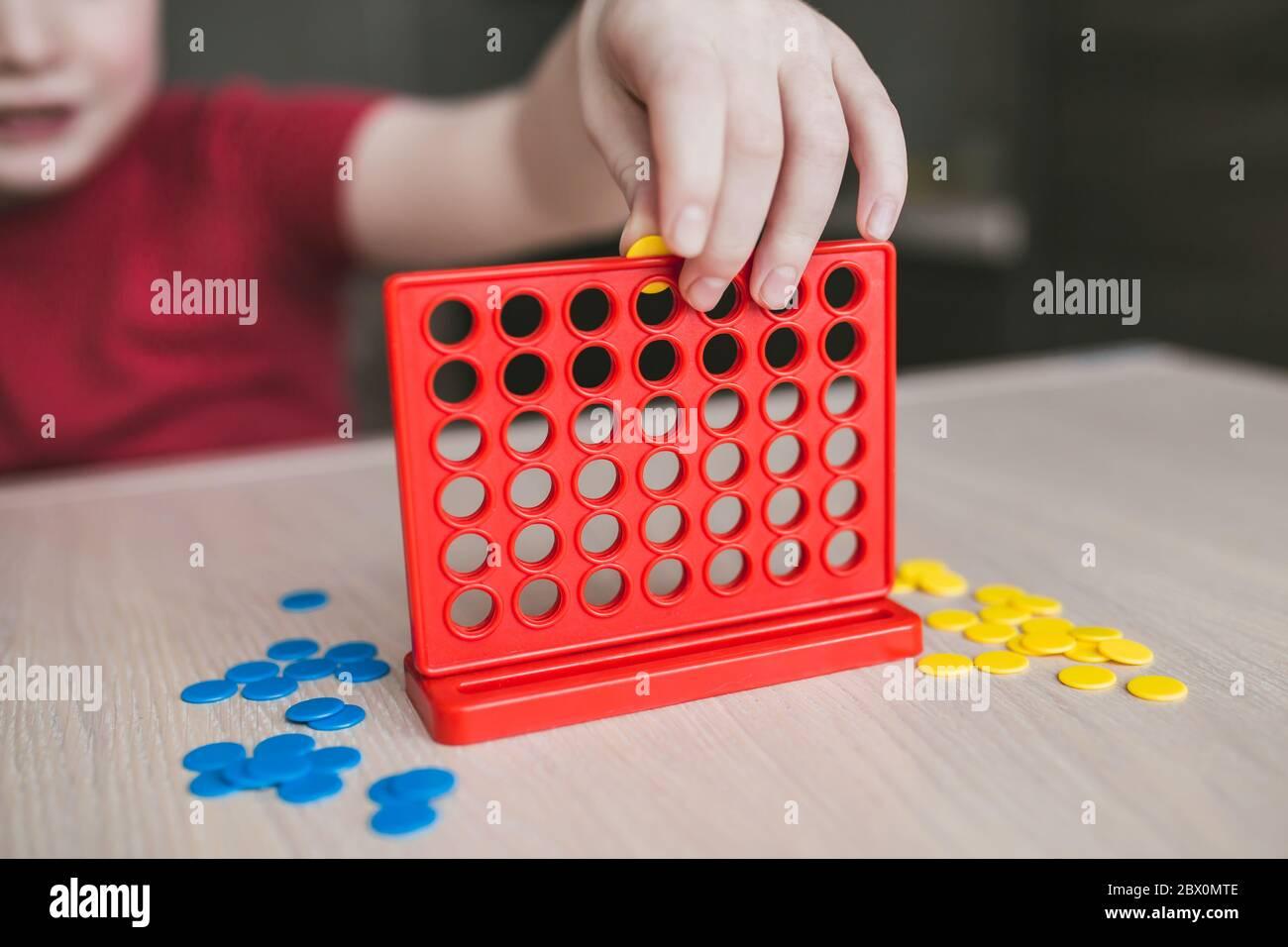 Juegos de mesa para niños - diversión y aprendizaje - juegos intelectuales Foto de stock