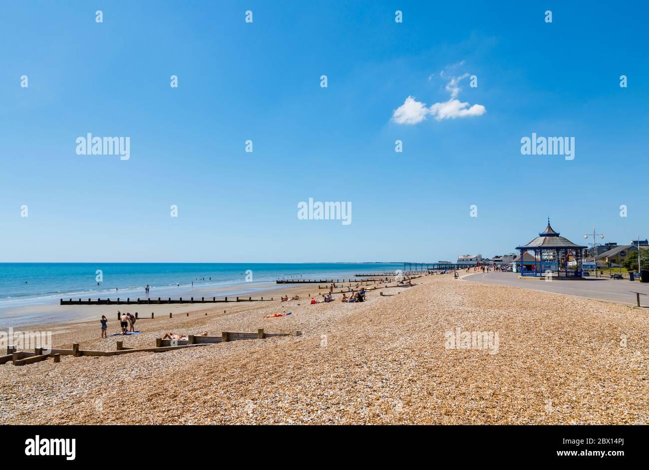 El paseo marítimo de Esplanade que recorre la playa de guijarros y el quiosco de música de Bognor Regis, una ciudad costera en West Sussex, costa sur de Inglaterra Foto de stock