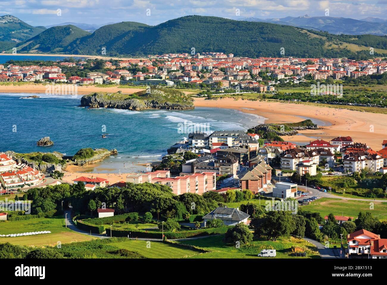 Vista del pueblo y tres playas con rocas y arena clara Foto de stock